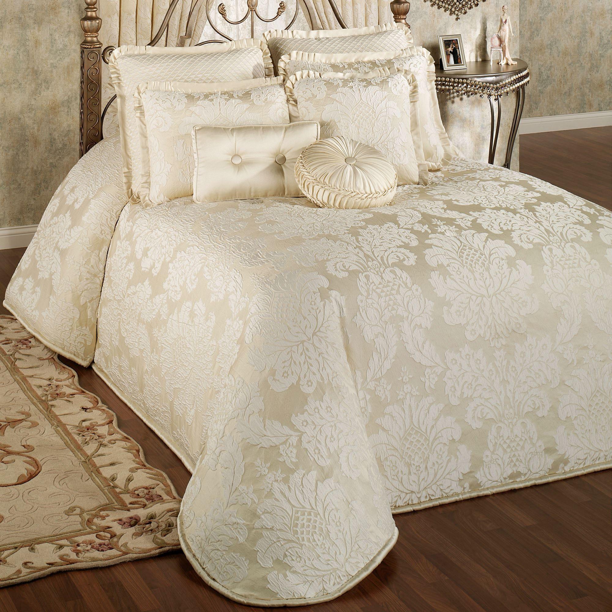 Classique Damask Oversized Bedspread Bedding
